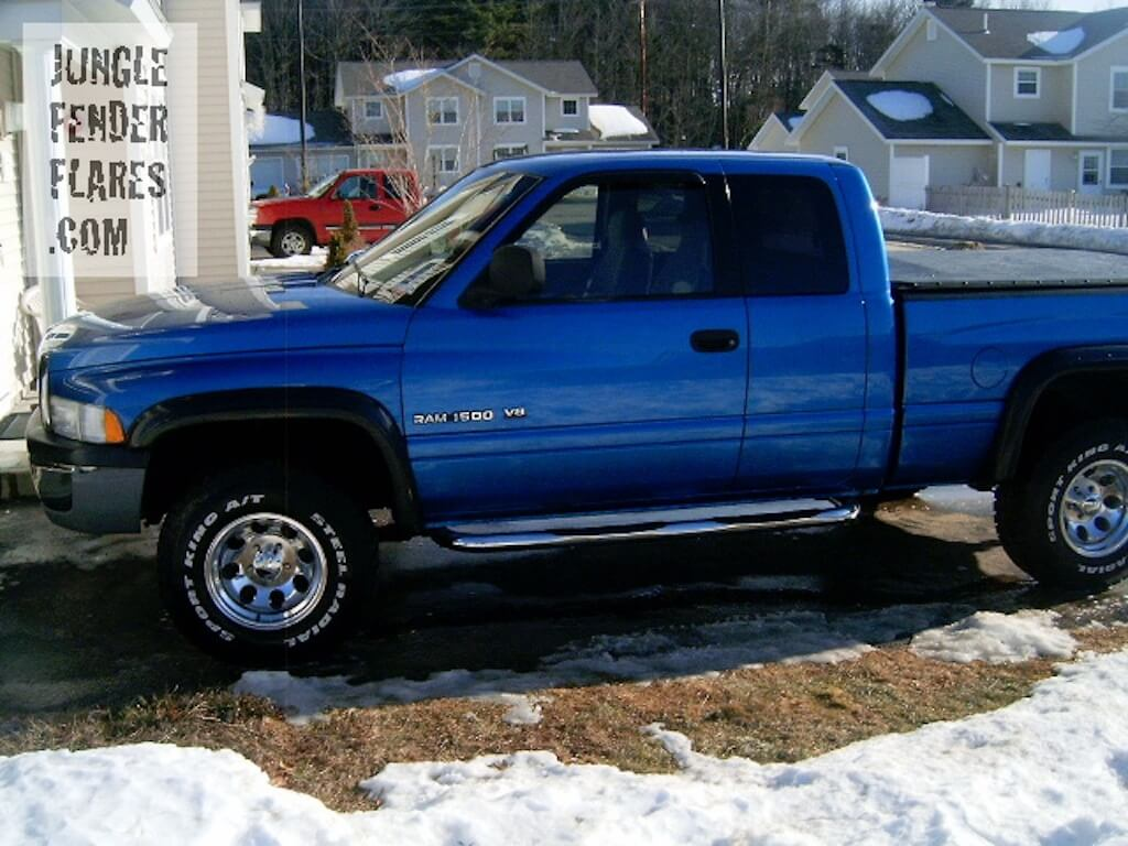 Dodge Ram V8 2000 with fender flares
