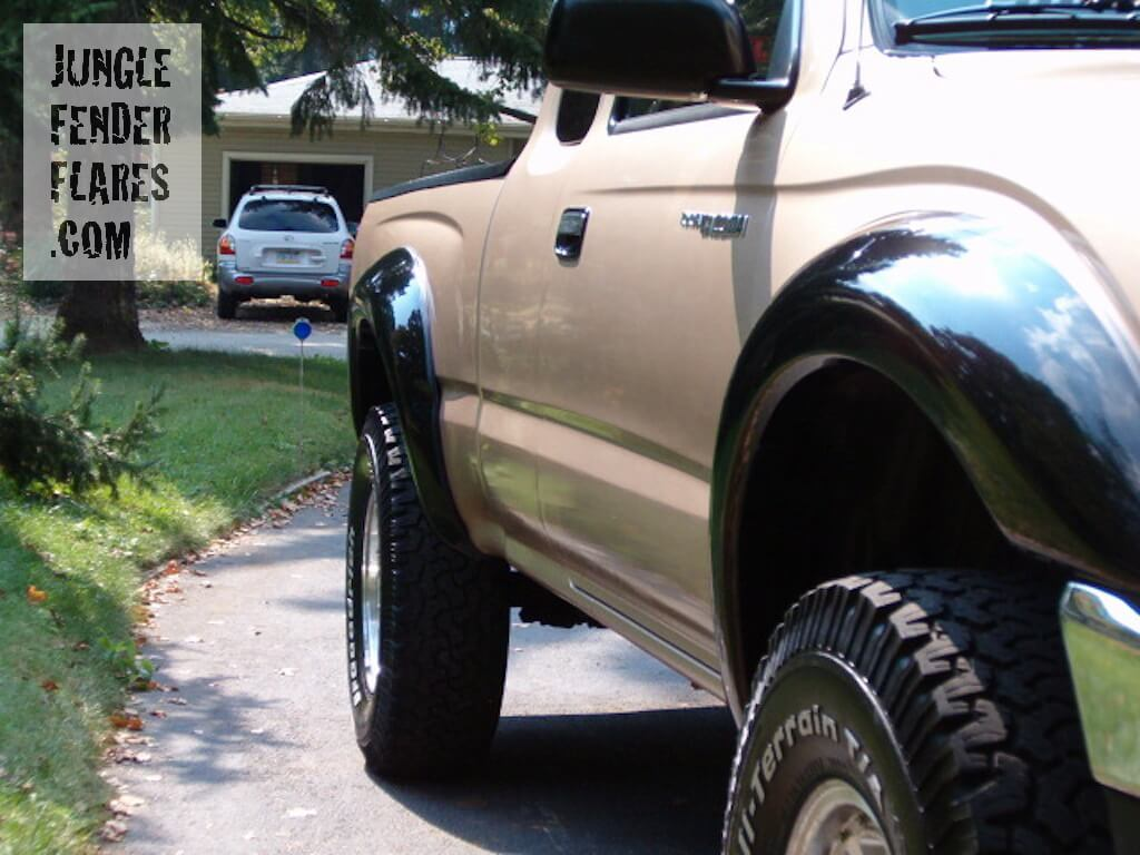 Toyota Tacoma '97 with fender flares